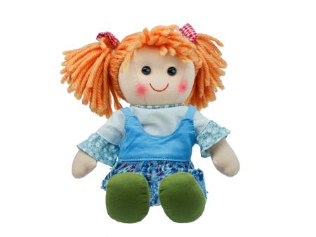 Siedzi i uśmiecha się słodkie szmaciana lalka na białym tle