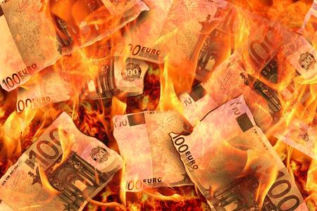 100 banknotów euro płonących w płomieniach Zdjęcie Seryjne