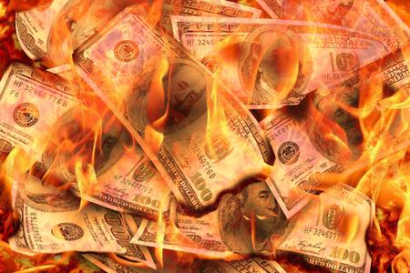Dollar-Banknoten oder -Scheine der Vereinigten Staaten von Amerika-Dollar, die in Flammenkonzept von Krise, Verlust, Rezession oder Ausfall brennen