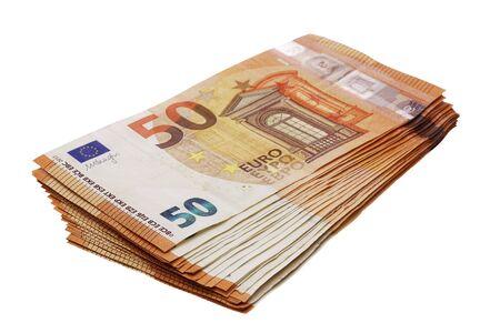 50 banconote in euro impilate isolate su vista prospettica bianca