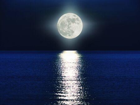volle maan boven de zee