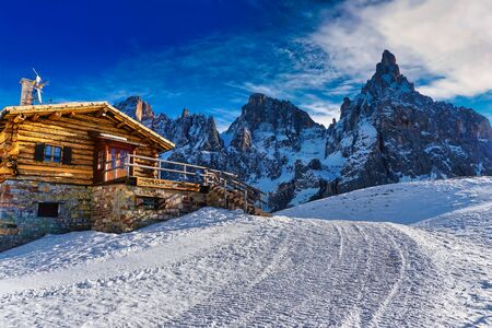 chalet on the mountain with snow in winter. Banco de Imagens