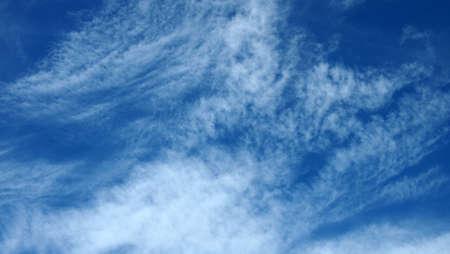 푸른 하늘이 적운과 전경이 구름