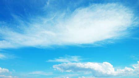 흰색 전경이 구름과 아름다운 하늘
