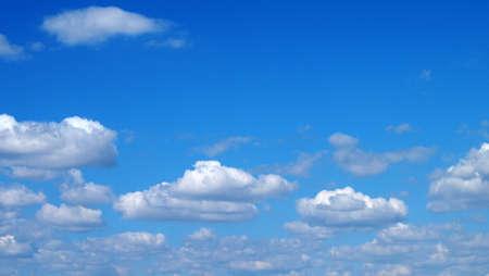 하얀 가끔씩 구름과 아름다운 하늘 스톡 콘텐츠