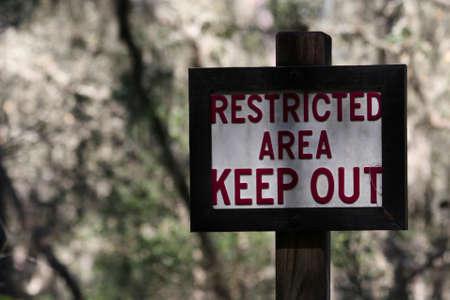 area restringida: �rea restringida llevar a cabo signo Foto de archivo
