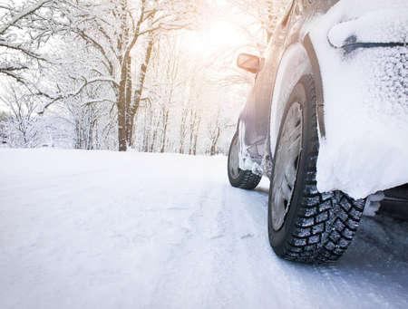 tire tracks: ma�ana de invierno por la ma�ana Foto de archivo