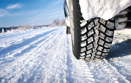 huellas de llantas: Primer plano de los neum�ticos de coche en la ma�ana de invierno Foto de archivo