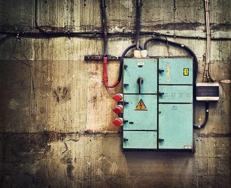 Elektriciteit doos op oude muur Stockfoto
