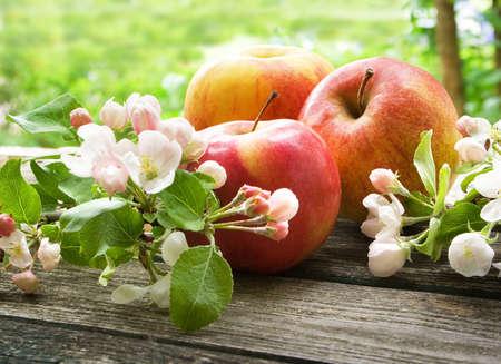 apfelbaum: Apfel mit Blumen auf Holzbrett im Freien Lizenzfreie Bilder