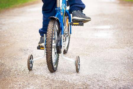 자전거를 탄 소년