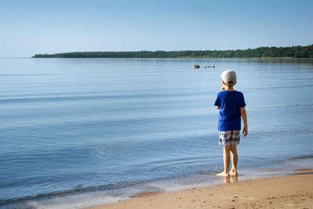 niños caminando: Un niño en la playa Foto de archivo