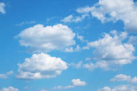 青空にふわふわの雲