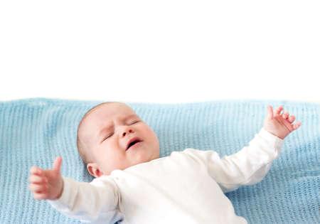 白い背景の青い毛布で泣いている男の子 写真素材