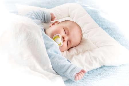 enfant qui dort: Sommeil de bébé de quatre mois sur la couverture bleue