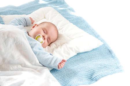 青い毛布で寝ている 4 ヶ月の古い赤ん坊