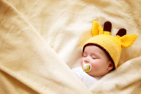 ソフト クリームの毛布で寝ている男の子 写真素材