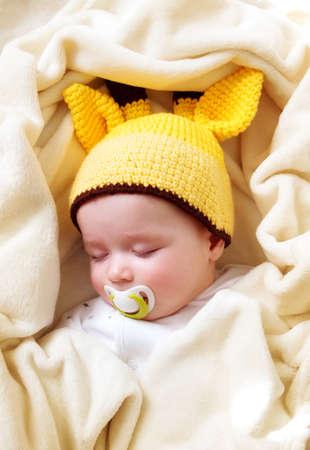 bebes lindos: Ni�o peque�o que duerme en la manta suave crema