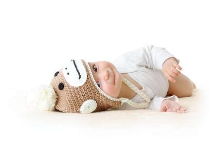 茶色の毛布を編み montey 帽子で小さな赤ちゃん