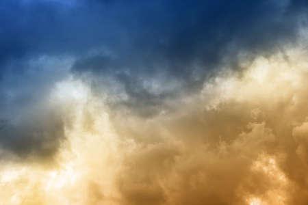 cielo azul: Dramatic clouds on the blue sky on sunny day