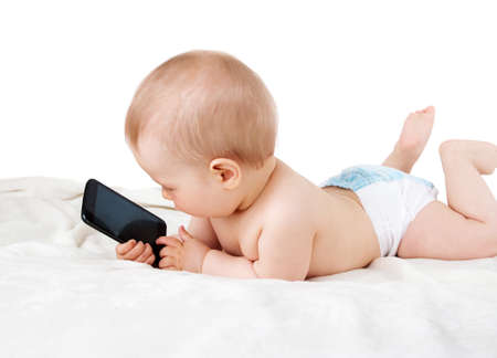 Baby hält ein Handy isoliert auf weißem Hintergrund Lizenzfreie Bilder