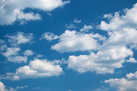 cielo con nubes: nubes blancas en el cielo azul en día soleado