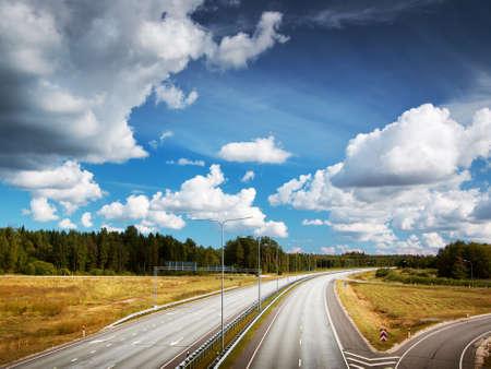 Autobahn im Sommer mit schönen weißen Wolken