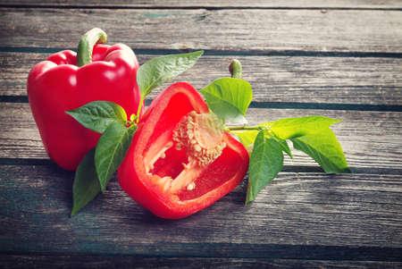 Verse zoete rode peper op oude houten achtergrond Stockfoto