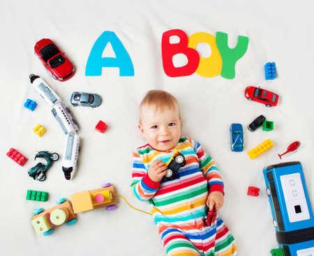 嬰兒: 男嬰用字母上面躺在柔軟的毯子