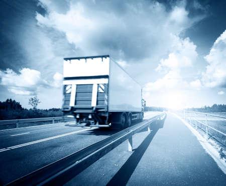 ciężarówka: Ciężarówka plandeka w ruchu na drodze asfaltowej