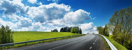 carretera de asfalto panorama en el campo en día soleado de primavera