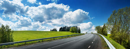 droga asfaltowa panorama wsi na słoneczny dzień wiosny