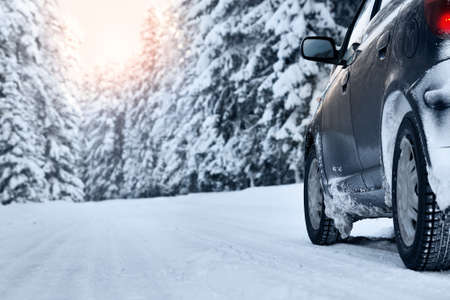 아침에 겨울 도로에 자동차 스톡 콘텐츠