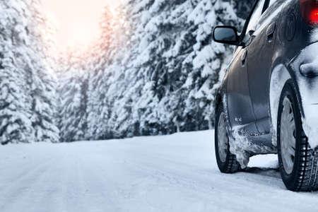 huellas de neumaticos: coche en el camino de invierno en la mañana Foto de archivo