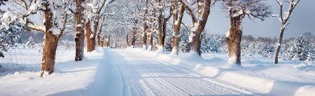 Winterpanorama auf der Straße durch verschneite Gasse