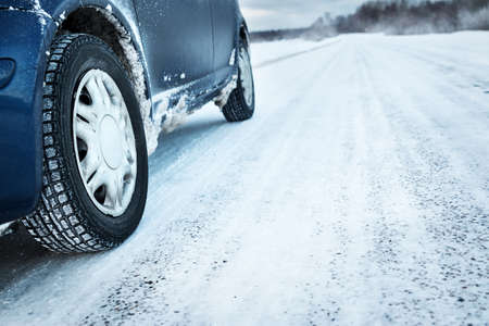 Closeup of car tires in winter on the road covered with snow Banque d'images