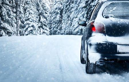 auto op de winter weg in het bos Stockfoto