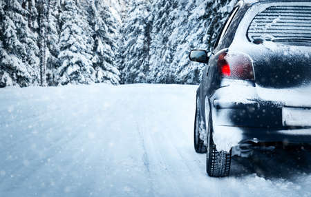 car on winter road in the forest Banque d'images