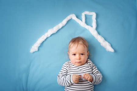 caja fuerte: niño pequeño con forma de tejado de la casa en el fondo azul
