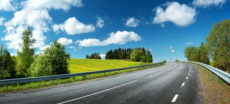 晴れた春の日に田舎のアスファルト道路パノラマ 写真素材
