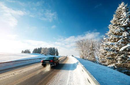 冬道で車のタイヤが雪で覆われて