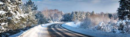 冬道で車が雪に覆われて