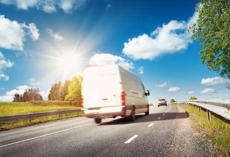 작은 트럭 민들레 필드 아스팔트 도로. 화창한 날에 밴 이동 스톡 콘텐츠 - 66130870