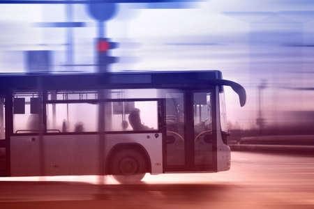 Autobus ruchu na drodze w mieście w porannych