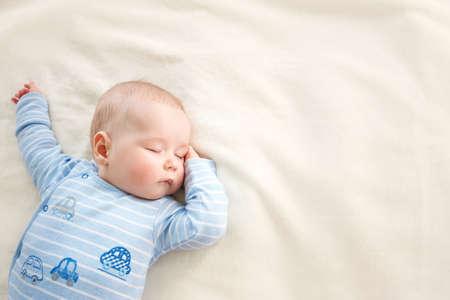 아기는 부드러운 담요로 덮여 자고