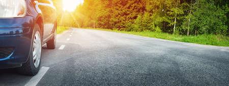 夏のアスファルトの道路上の車 写真素材