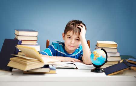 7 歳の子の本を読んで 写真素材 - 71018598
