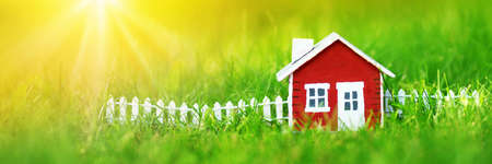roten Holzhaus auf dem Rasen Standard-Bild