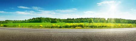 화창한 봄 날에 도로 파노라마 스톡 콘텐츠