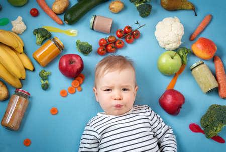 Baby omringd met groenten en fruit